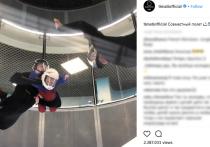 Российский рэпер Тимати в последнее время часто берет свою 3-летнюю дочь Алису на свои выступления. Девочка уже успела сняться в одном из роликов отца, а также пристрастилась к его экстремальным увлечениям.