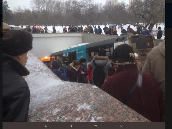 В Москве автобус въехал в переход метро, есть погибшие