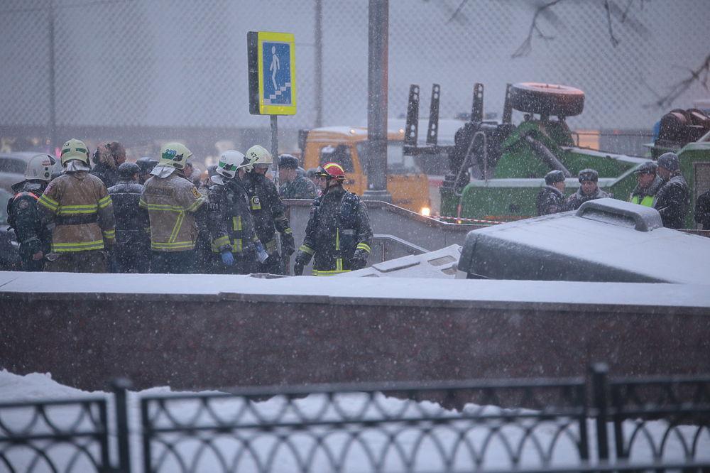 Автобус, въехавший в подземный переход, занесло снегом: кадры трагедии