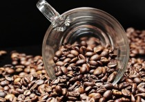 Заваривая кофе при комнатной температуре, человек получит готовый к употреблению напиток лишь через много часов или даже целые сутки, однако результат будет того стоить