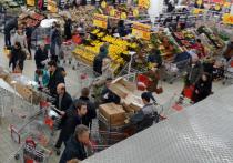 Взрывное устройство сработало в супермаркете Санкт-Петербурга. Владимир Путин уже назвал произошедшее терактом и распорядился впредь ликвидировать террористов на месте. Но что делать торговым сетям, чтобы снизить риски повторения столь страшного сценария на своей территории? Ритейлеры убеждены, что ужесточение контроля в самих магазинах не сможет должным образом уберечь россиян от атак.