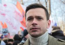 Сразу пятеро сотрудников полиции задержали главу московского муниципального округа «Красносельский» Илью Яшина и везут его в ОВД