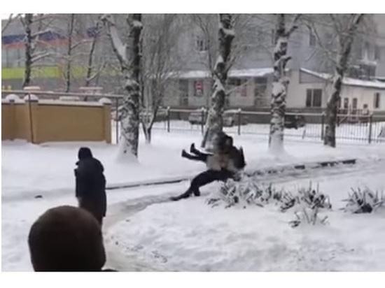 В Сети обсуждают видео, где парень травмировал девушку, бросив «прогибом»