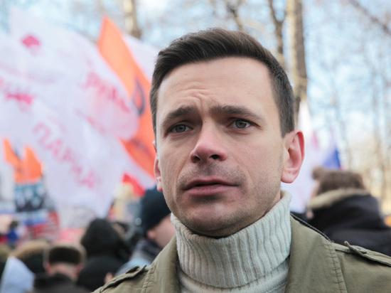 Сразу пятеро полицейских задержали Илью Яшина
