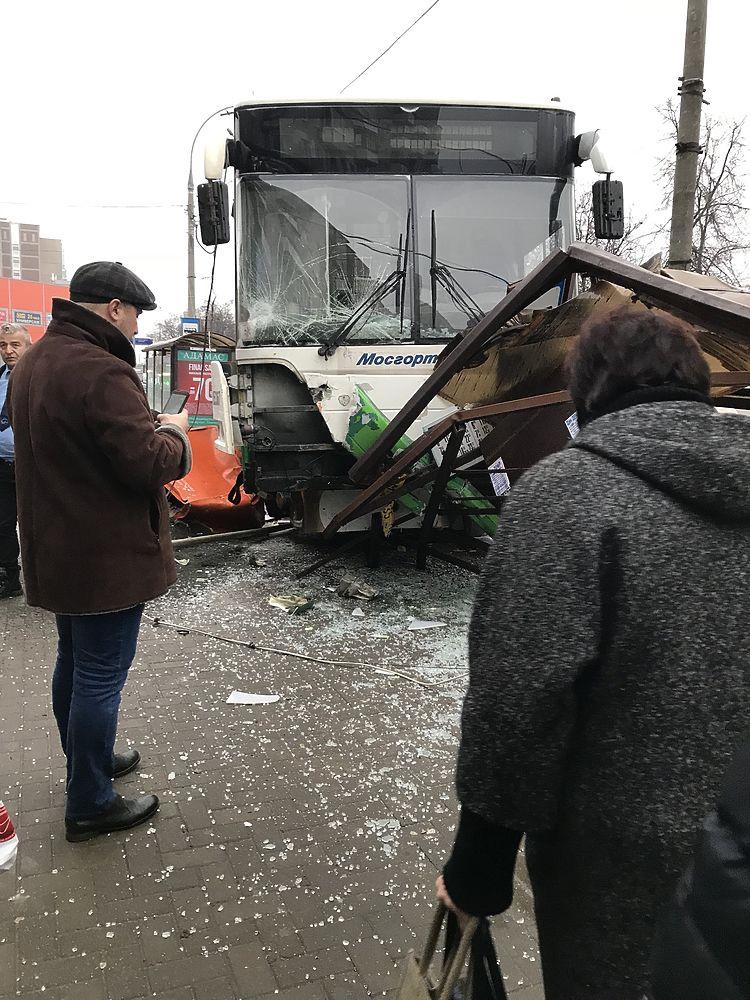 """Смял остановку: страшные кадры аварии автобуса на """"Сходненской"""""""