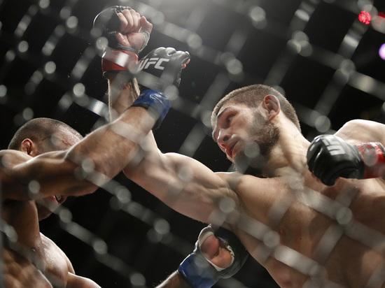 В центре Москвы в это время горячо болели за претендента на пояс UFC