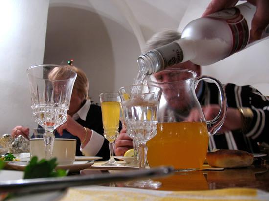 Ученые доказали: пить в новый год не вредно только богатым