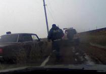 На видео попала погоня за пьяным волгоградцем, который хотел сбить инспектора ДПС