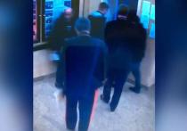 И не то чтобы товарищ Савченко начальника ГУ МВД генерал-лейтенанта Виктора Паукова и его заместителя генерал-майора Виктора Ищенко, входя в лифт, как-то грубо оттолкнул или поспешил нажать кнопку, закрывающую двери, — нет! Он просто первым вошел в подъемник