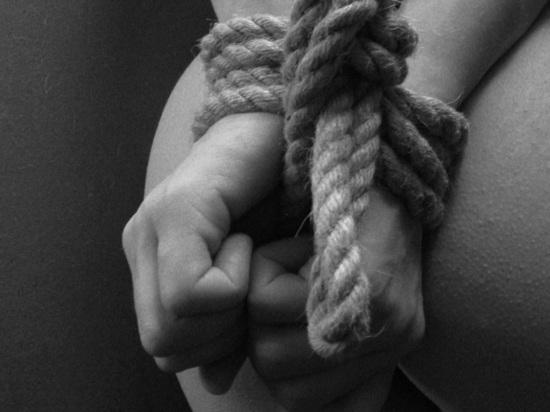 16-летняя девушка открыла тайну матери, когда извращенец стал запрещать ей встречаться с парнями
