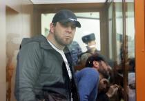 Экс-полицейский Темирлан Эскерханов, осужденный за соучастие в убийстве политика Бориса Немцова на 14 лет, вновь оказался на скамье подсудимых