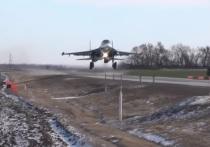 Посадку тяжелых истребителей и бомбардировщиков на автодорогу отработали летчики Южного военного округа в Ростовской области