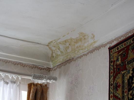 В Оренбурге протекающую после капремонта крышу не ремонтируют больше года