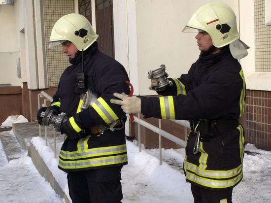 Возгорание случилось у соседей этажом ниже, но во время тушения спасатели были вынуждены вскрыть паркет в жилище телеведущего