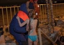Если вдуматься, ночные купания на морозе – это абсурд со всех точек зрения, хотя, по счастью, безобидный