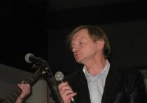 В Британии после продолжительной болезни скончался поэт, фронтмен группы The Fall Марк Эдвард Смит. Ему было всего 59 лет. Сорок из них он посвятил работе в группе. Хотя The Fall и не добились коммерческого успеха, влияние личности Марка Смита – единственного постоянного члена коллектива – на развитие рок-музыки переоценить невозможно.
