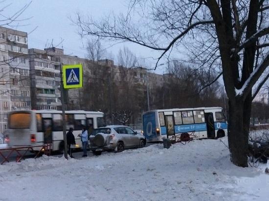 В Ярославле на проспекте Фрунзе рейсовый автобус снес ограждения