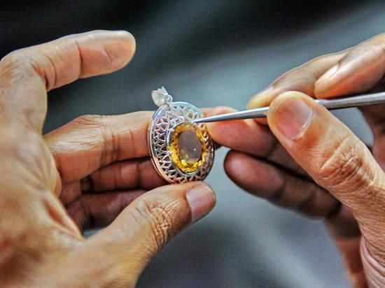 Уникальные по редкости и цене ювелирные украшения может увидеть каждый петербуржец.