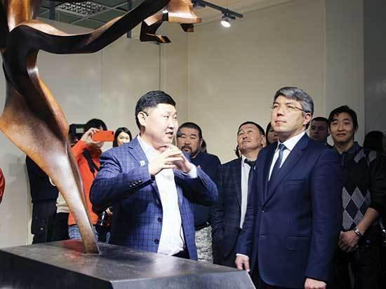 Одна из работ Жигжита Баясхаланова красуется на рабочем столе президента России