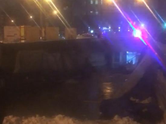 По словам главного инженера ГБУ «Гормост», кто-то из пешеходов мог выдернуть опору