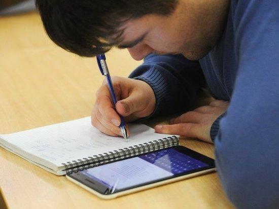 Болеющие школьники смогут присутствовать на уроке: учителей снабдят мобильным приложением