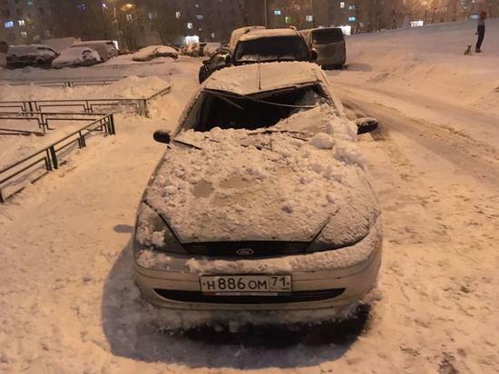 Водителя иномарки придавило ледяной глыбой, упавшей с крыши в Москве