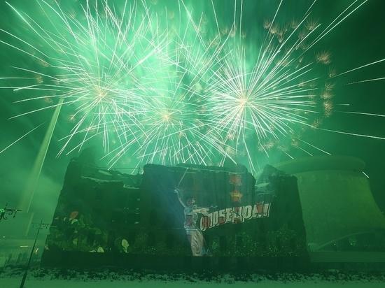 В Волгограде торжества 2 февраля завершились световым шоу и салютом