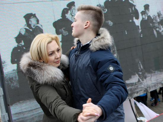 «Случайный вальс» исполнила на митинге в Ставрополе Ольга Тимофеева