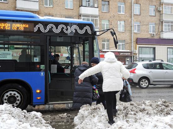 Захотевшие попасть домой москвичи вытолкали свой автобус из снежного капкана