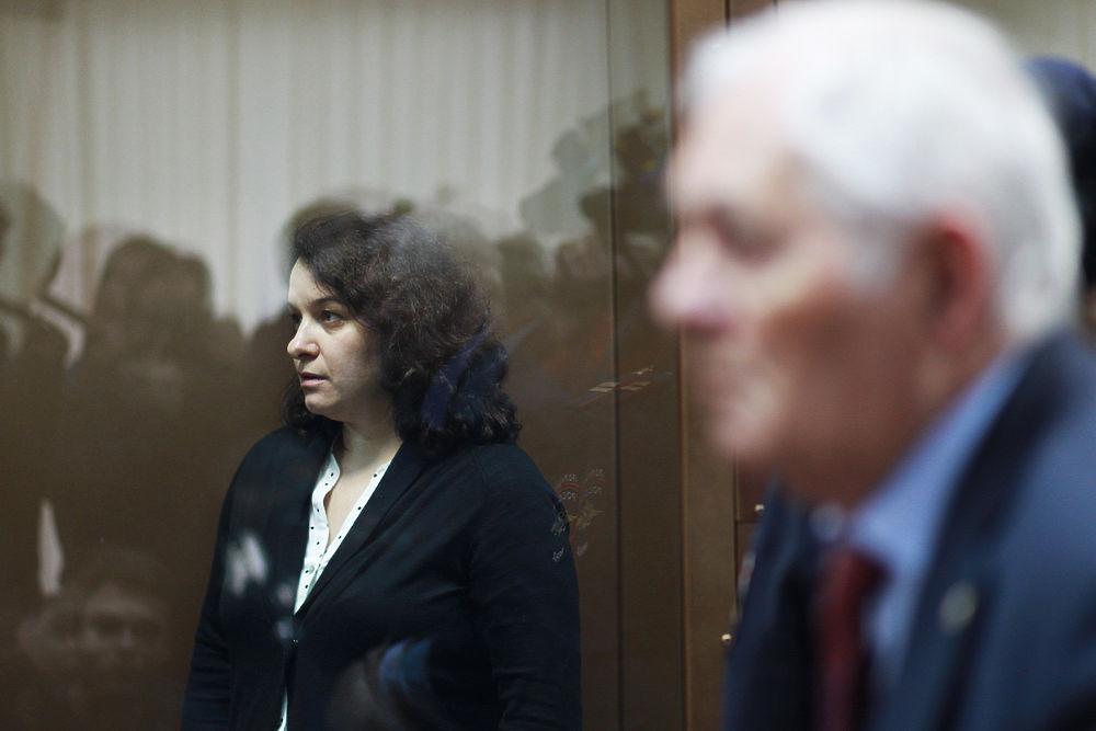 Елену Мисюрину выпустили из суда под аплодисменты Леонида Рошаля
