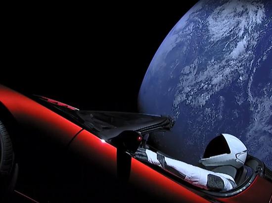 Tesla в космосе: соцсети делают мемы про Маска и плачут по России