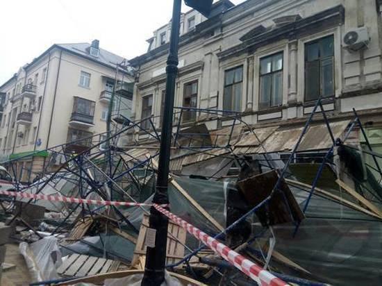 В Ростове на Семашко рухнули строительные леса