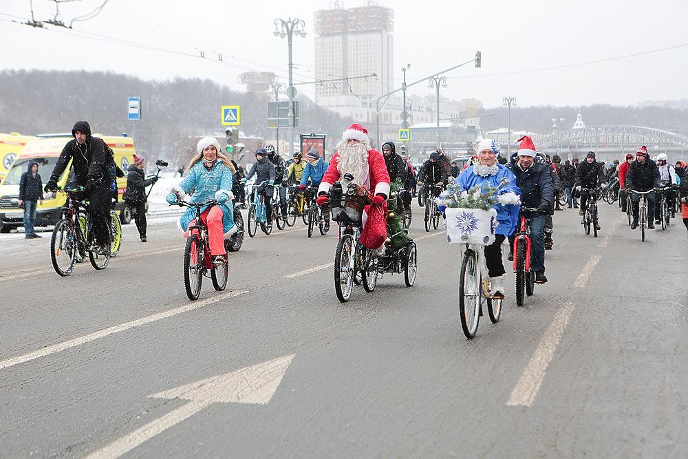 Снег велосипеду не помеха: в Москве прошел зимний велопарад