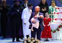 Кехман в день своего рождения вышел на сцену со спящей дочкой на руках