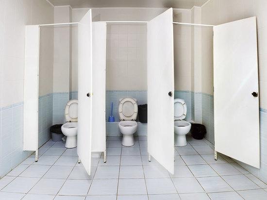 Московского учителя, предложившего отпускать учеников в туалет по справке, уволили