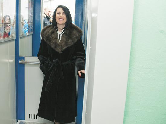 Ирина Слуцкая проверила надежность новых лифтов