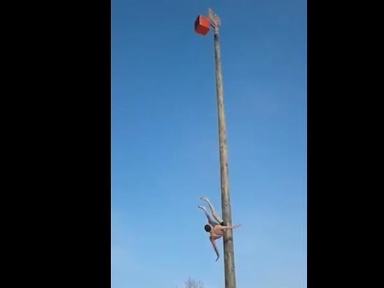 Под Кемерово сняли шокирующее видео падения мужчины с масленичного столба