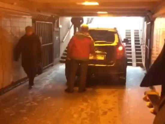 Неадекватный петербуржец намеренно въехал в переход метро на внедорожнике