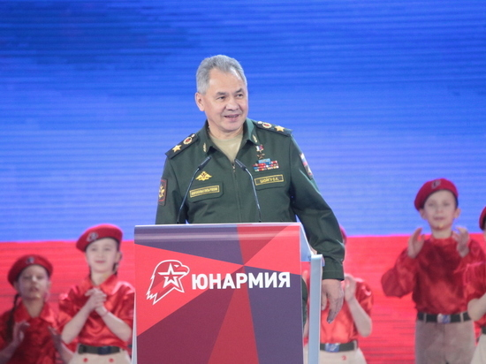 Министр обороны посетил первый всероссийский форум молодых патриотов и получил от них оригинальный подарок