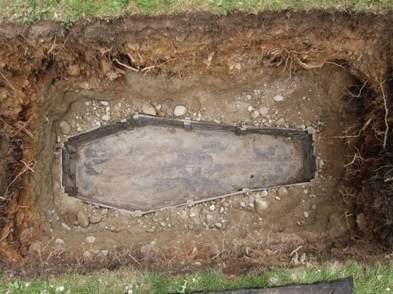 Мертвого пенсионера выкопали из могилы после конфликта с похоронным агентством