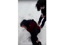 И снова шокирующее видео в Сети, связанное с подростками: 15-летняя школьница из маленького городка под Рязанью избивает ногами своего сверстника