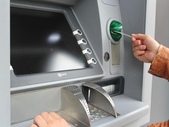 Забравшему чужие деньги из банкомата омичу грозит два года колонии