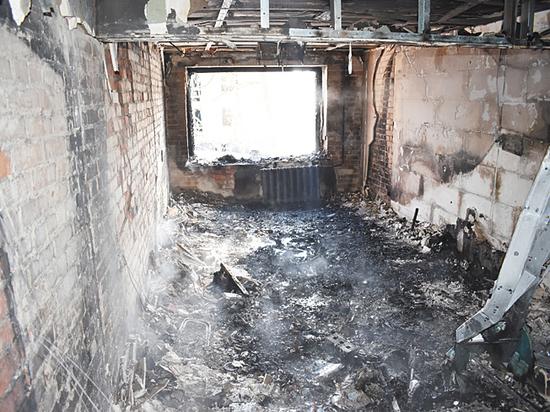 «Напряжение скакало»: жильцы сгоревшего дома вспомнили о проблемах с проводкой