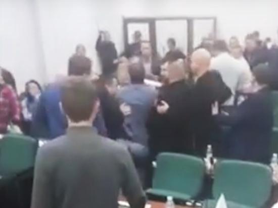 Крутая драка украинских депутатов под флагом Евросоюза попала на видео
