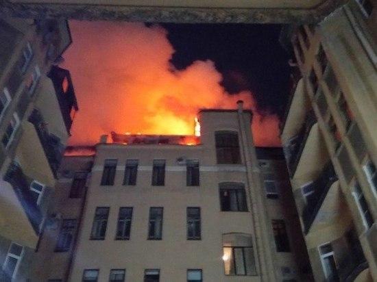 Пожарные тушат горящее офисное здание на Куйбышева