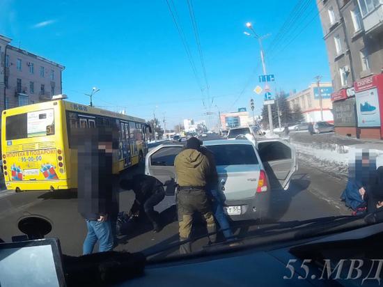 В центре Омска задержали наркоторговцев