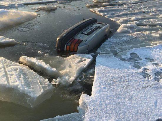 В Калининградском заливе два автомобиля ушли под воду