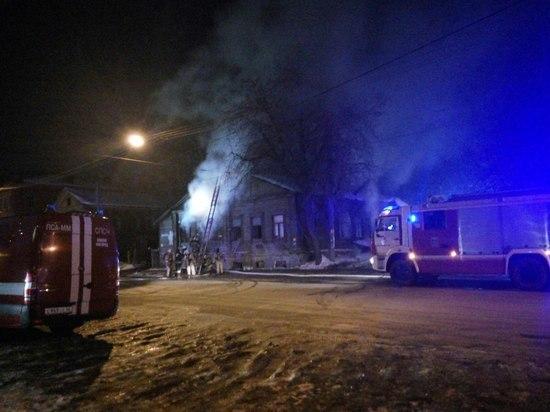 Пожар произошел в деревянном доме на улице Октябрьской