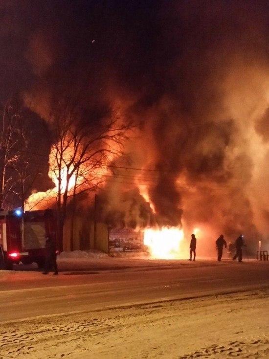 Автосервис с машиной сгорели в Екатеринбурге