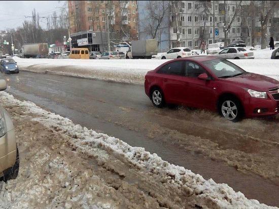 В Самаре улицу Стара-Загора затопило из-за лопнувшей трубы